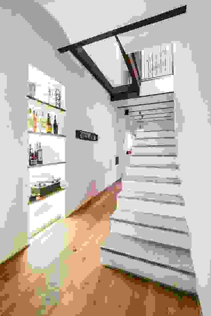 UAU un'architettura unica Kolonialer Flur, Diele & Treppenhaus