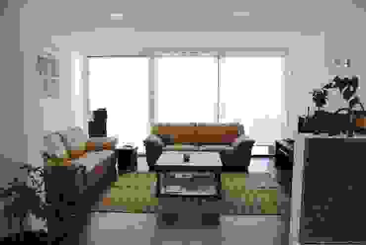 Casa Lomas Livings de estilo minimalista de AtelierStudio Minimalista