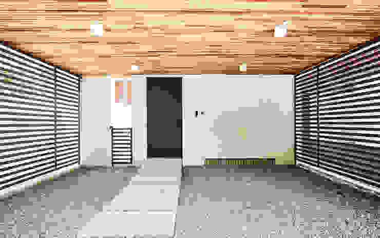 LEE 협소(소형)주택 모던스타일 복도, 현관 & 계단 by 디자인사무실 모던
