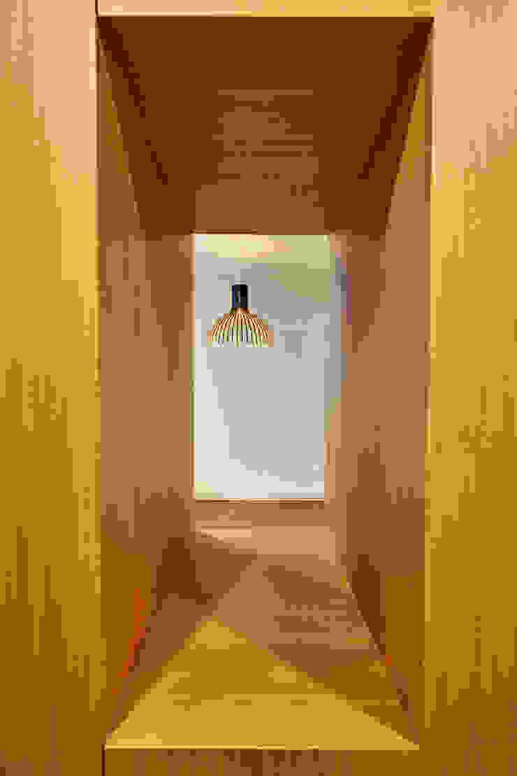 Pasillos, vestíbulos y escaleras de estilo moderno de 디자인사무실 Moderno