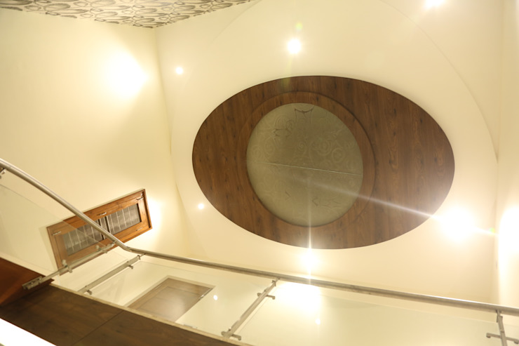 Ceiling above the stairwell Modern corridor, hallway & stairs by Hasta architects Modern