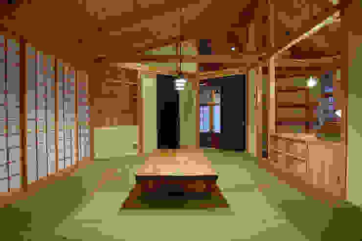 茶の間スタイル: 環アソシエイツ・高岸設計室が手掛けたアジア人です。,和風 木 木目調