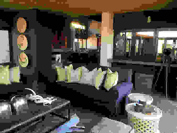 غرفة المعيشة تنفيذ Katie Allen Decor & Design/Urban Yuppi