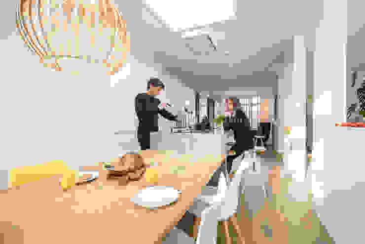 Salle à manger de style  par Masters of Interior Design, Moderne Bois Effet bois