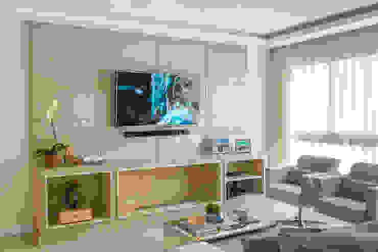 Livings de estilo clásico de Studio Bene Arquitetura Clásico Tablero DM