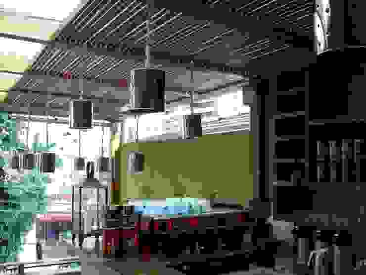Rustic style kitchen by Empório Brasil Marcenaria Rustic Solid Wood Multicolored