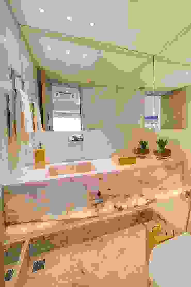 Phòng tắm phong cách chiết trung bởi Tânia Póvoa Arquitetura e Decoração Chiết trung Đá hoa