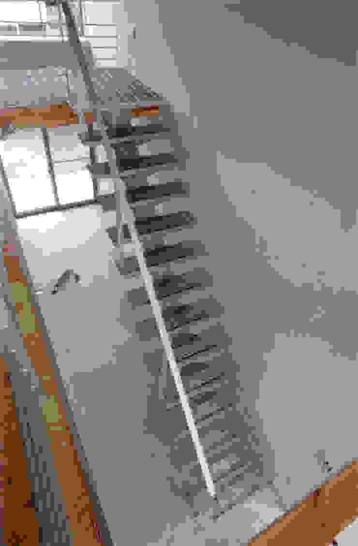 玄関・階段見下ろし モダンスタイルの 玄関&廊下&階段 の 豊田空間デザイン室 一級建築士事務所 モダン 金属