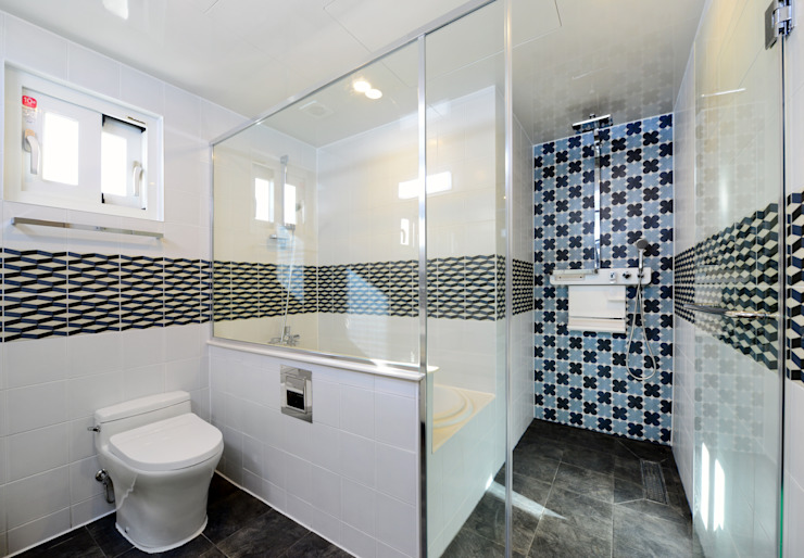 Modern style bathrooms by homify Modern