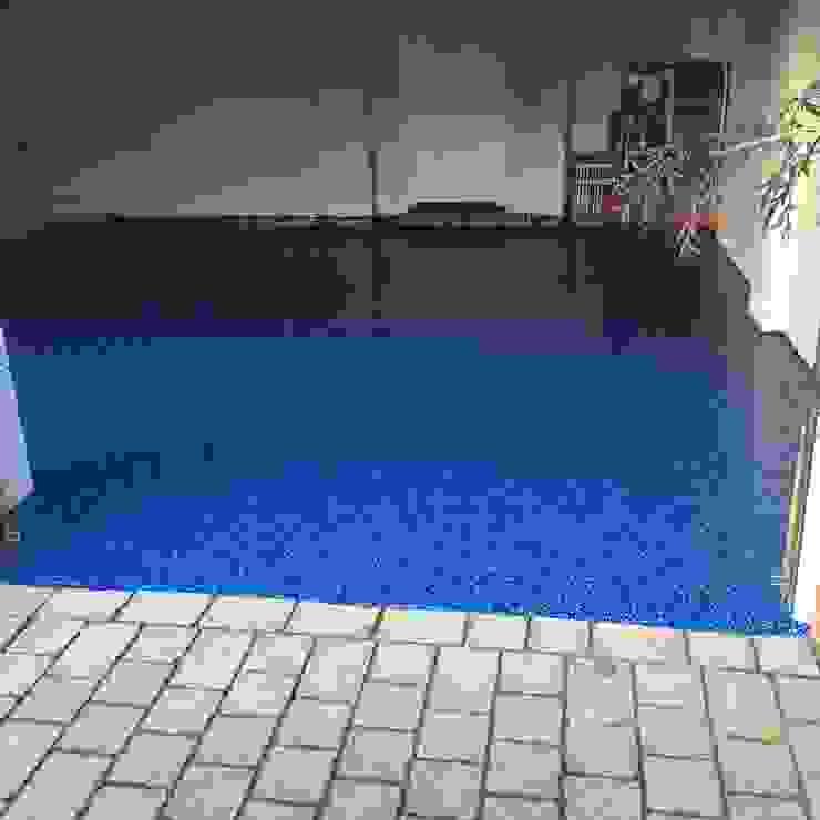 Beautiful Cobalt Blue Resin is seamless and looks fantastic Nhà để xe/ nhà kho phong cách kinh điển bởi Garageflex Kinh điển