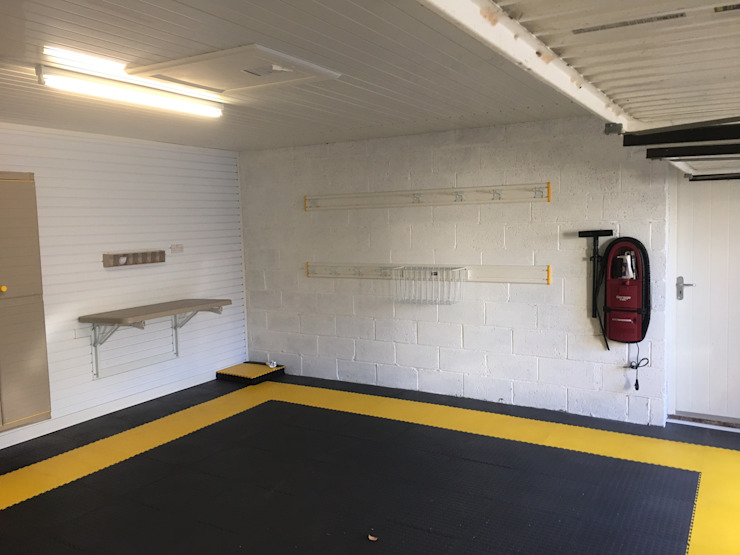 West Yorkshire Case Study with FlexiPanel and FlexiTrack Garage / Hangar modernes par Garageflex Moderne