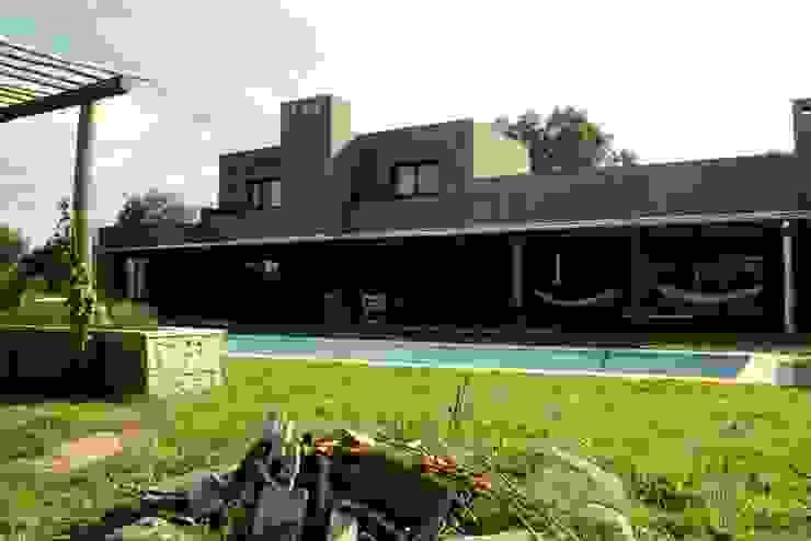 Rocha & Figueroa Bunge arquitectos Rumah Gaya Rustic