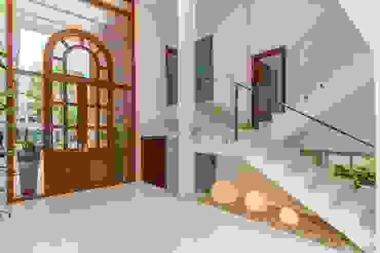 Pasillos, vestíbulos y escaleras de estilo mediterráneo de homify Mediterráneo