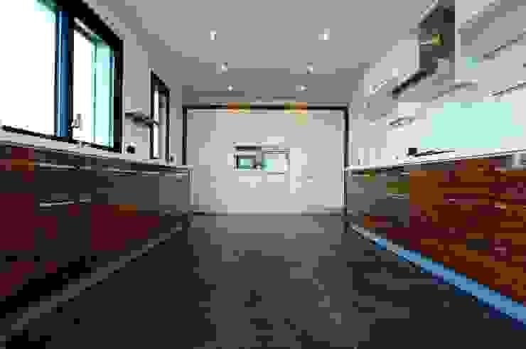 現代廚房設計點子、靈感&圖片 根據 Tasarımca Desıgn Offıce 現代風