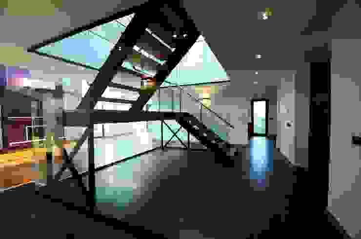 現代風玄關、走廊與階梯 根據 Tasarımca Desıgn Offıce 現代風