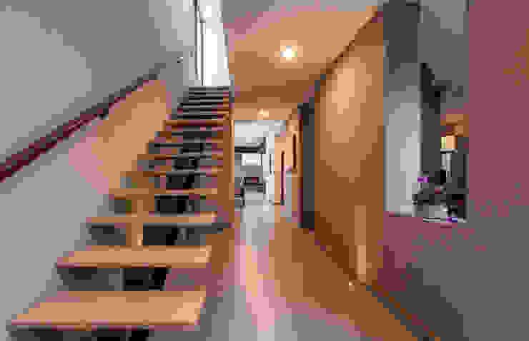 ห้องโถงทางเดินและบันไดสมัยใหม่ โดย Loyola Arquitectos โมเดิร์น