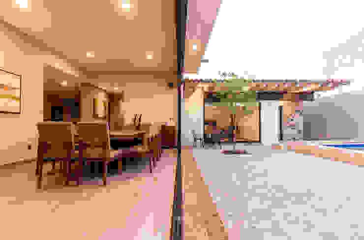 Ventanal entre comedor y patio Puertas y ventanas modernas de Loyola Arquitectos Moderno