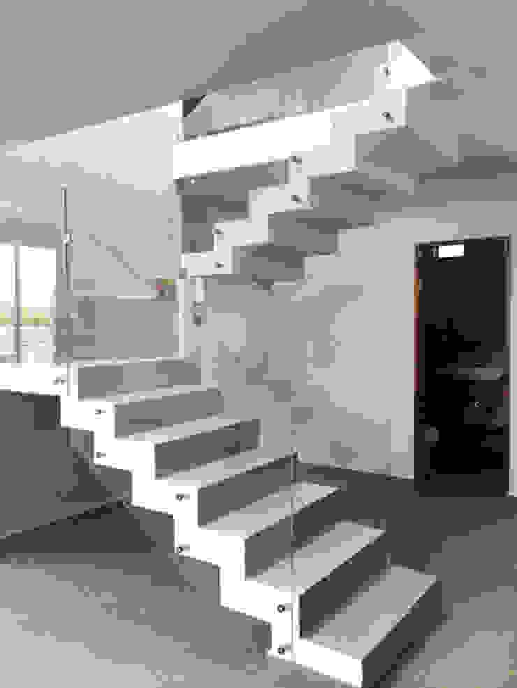 Sendero Pasillos, vestíbulos y escaleras minimalistas de Base-Arquitectura Minimalista