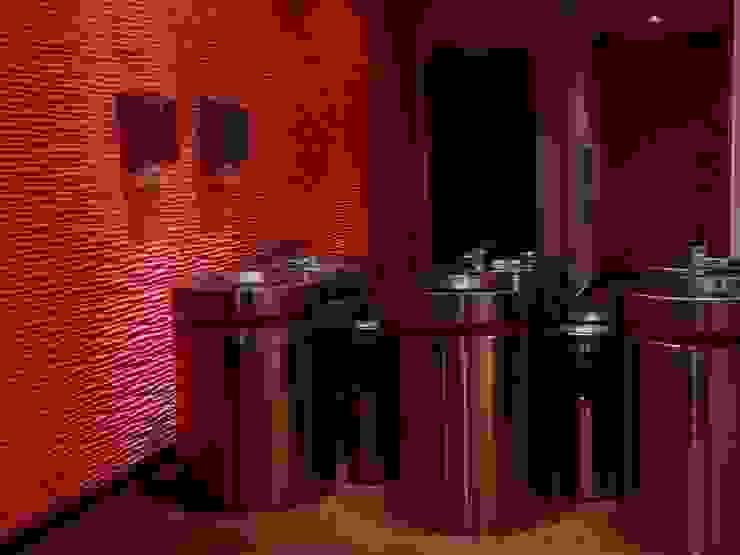 Detalle lavabos en Servicios Sanitarios mujeres. de ALBUERNE ARQUITECTOS