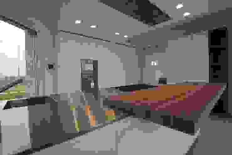 cucina bianco lucido su misura e noce canaletto effetto segato Cucina moderna di Frigerio Paolo & C. Moderno Legno Effetto legno