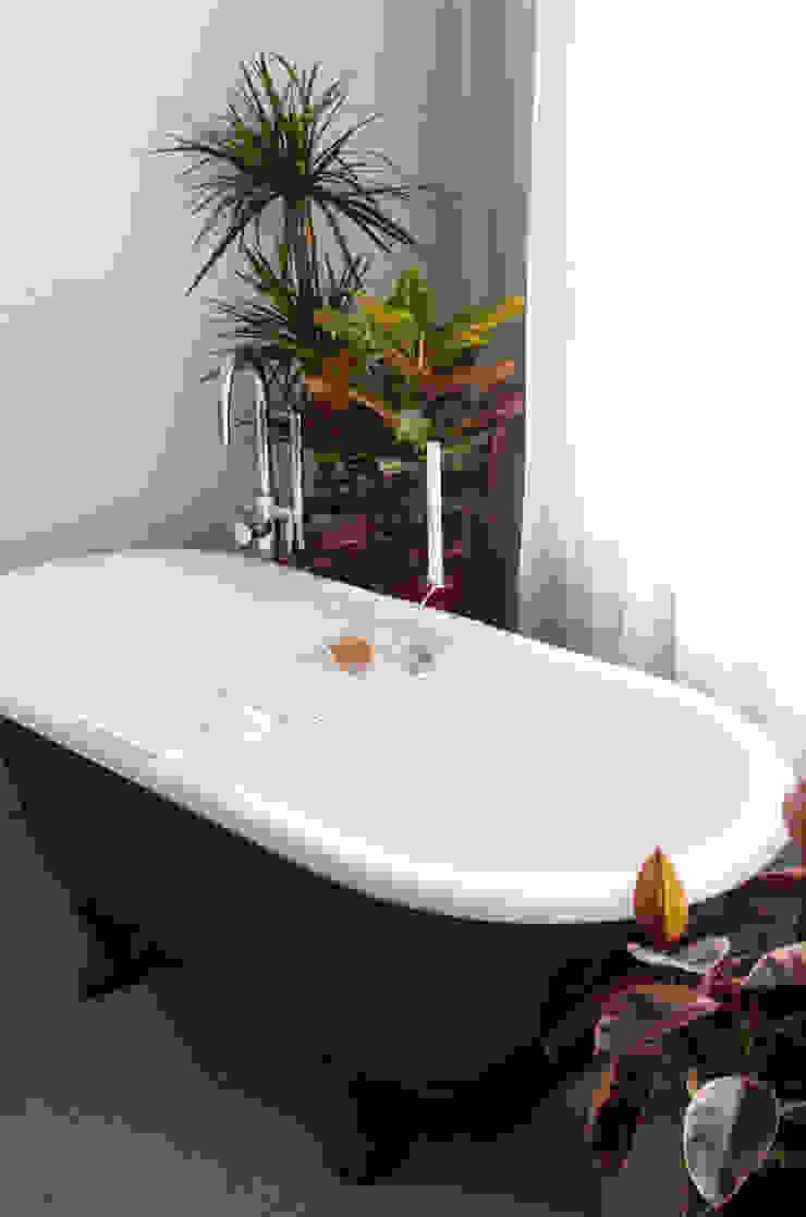 TINY APARTMENT WITH A GARDEN VIEW Industriële badkamers van Kevin Veenhuizen Architects Industrieel