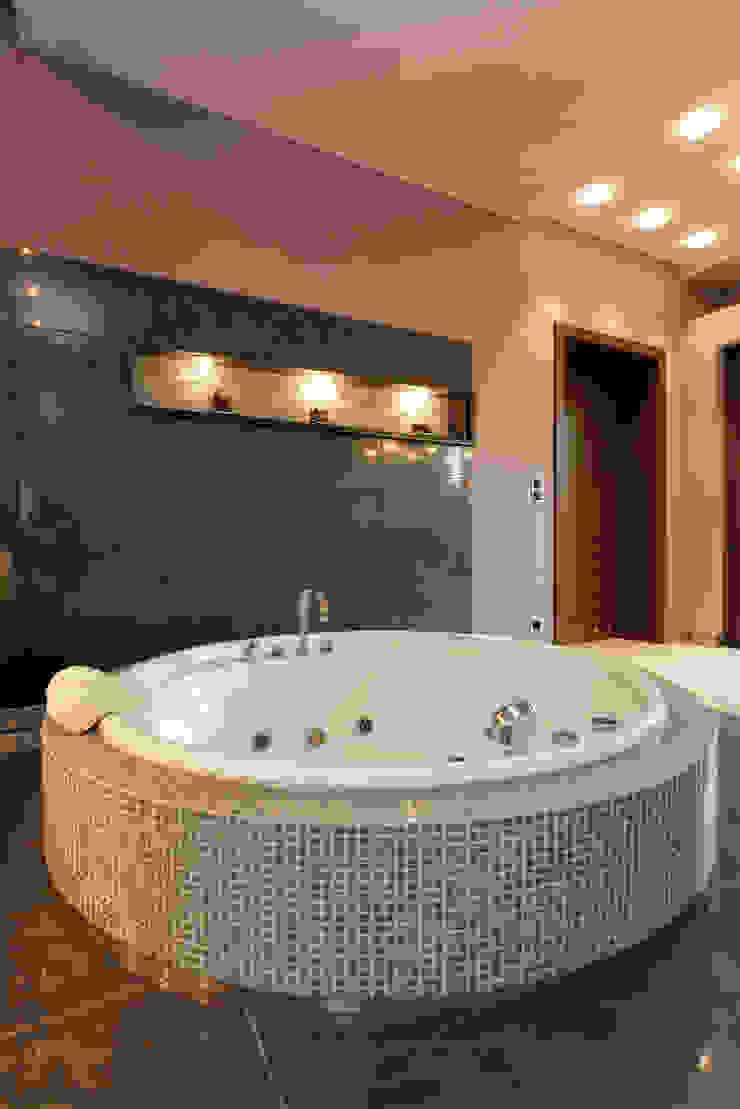 Round Tilled Tub Gracious Luxury Interiors Classic style bathroom Grey