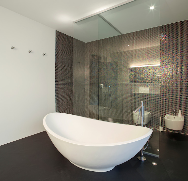 Modern With Free Standing Tub Modern style bathrooms by Gracious Luxury Interiors Modern