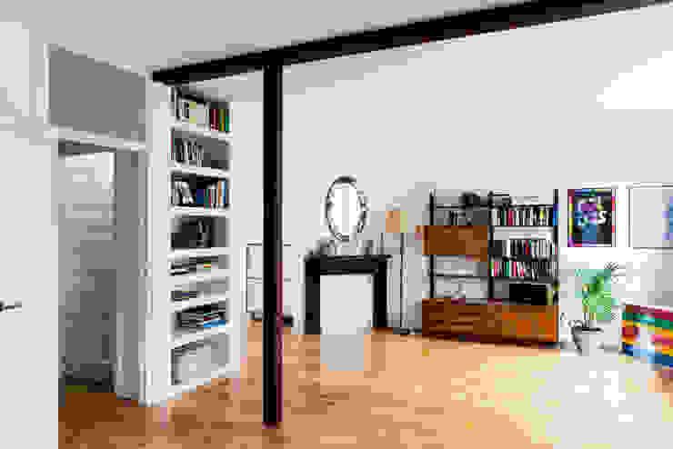 BAARSJES RENOVATION Moderne woonkamers van Kevin Veenhuizen Architects Modern IJzer / Staal