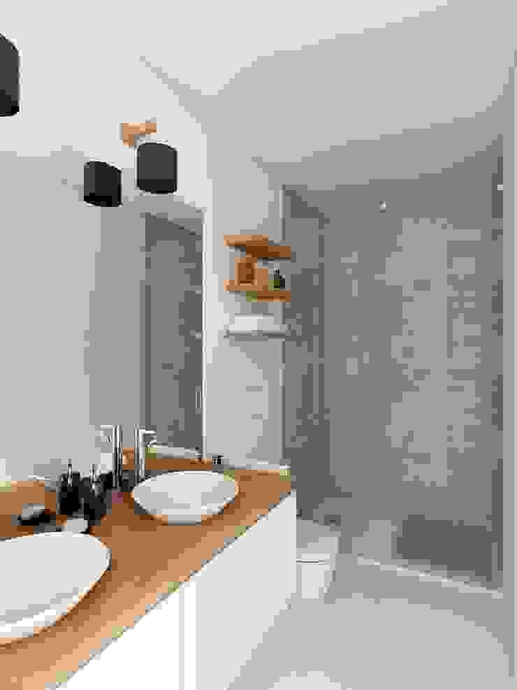 Casa de Banho - APARTAMENTO - T1 - S. BENTO por EU LISBOA Moderno Cerâmica
