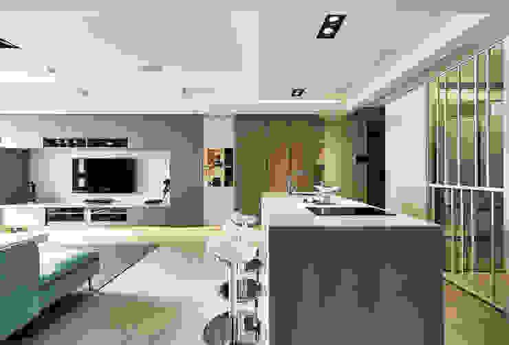 雙木色設計增加主牆櫃設計感 根據 青瓷設計工程有限公司 日式風、東方風