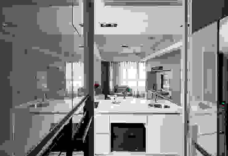 穿透視覺的L型廚房可獨立作業 by 青瓷設計工程有限公司 Asian