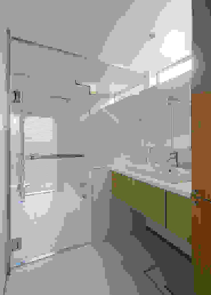 Modern Bathroom by カトウアーキテクトオフィス Modern