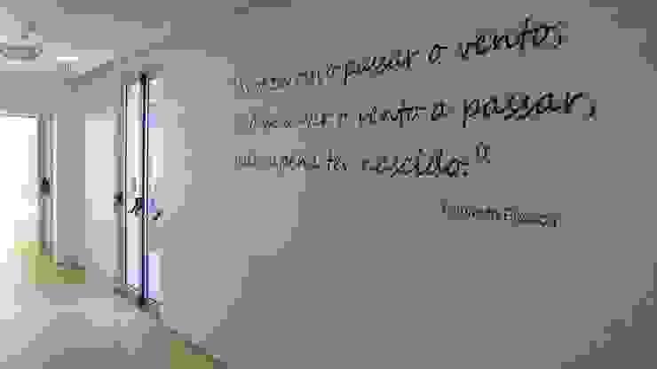 Unidade de Cuidados Continuados de Coruche Corredores, halls e escadas modernos por MARIA ILHARCO DE MOURA ARQUITETURA DE INTERIORES E DECORAÇÃO Moderno