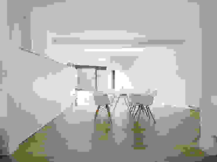 Minimalist dining room by White Door Architects Minimalist