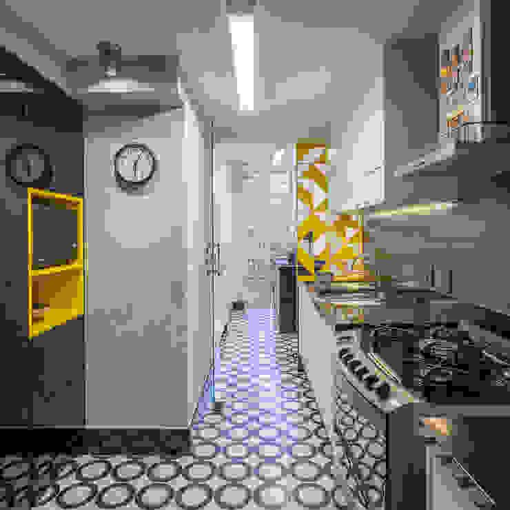 Reforma de apartamento - Simmetria Arquitetura Cozinhas modernas por Joana França Moderno