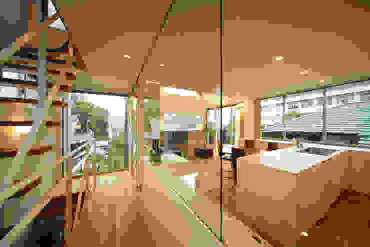 haus-kuro: 一級建築士事務所hausが手掛けた廊下 & 玄関です。