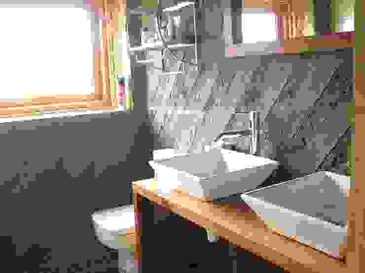 Baños de estilo moderno de Estudio Terra Arquitectura & Patrimonio Moderno