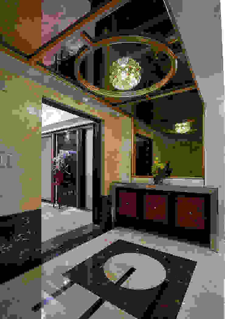 「圓」滿「金」緻的迎賓外玄關 經典風格的走廊,走廊和樓梯 根據 青瓷設計工程有限公司 古典風