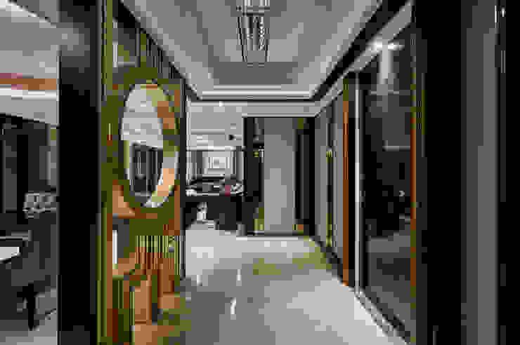 金箔屏風與奢麗主牆,共構內玄關氣韻 經典風格的走廊,走廊和樓梯 根據 青瓷設計工程有限公司 古典風