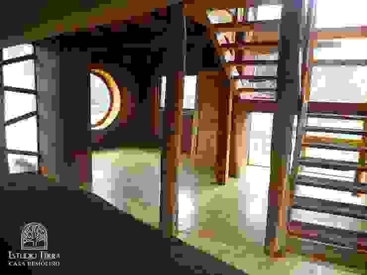 Modern Corridor, Hallway and Staircase by Estudio Terra Arquitectura & Patrimonio Modern