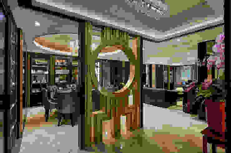 屏風構景,展現東方林園美 經典風格的走廊,走廊和樓梯 根據 青瓷設計工程有限公司 古典風