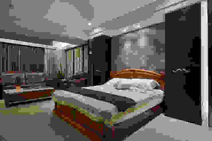 黑檀木櫃映襯紫花壁紙的優雅 根據 青瓷設計工程有限公司 古典風