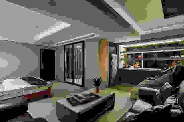 金色櫺窗線條勾勒出時尚更衣室 根據 青瓷設計工程有限公司 古典風