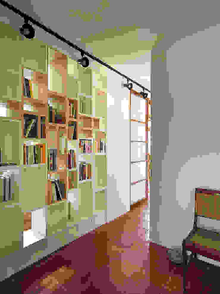 有涯齋 斯堪的納維亞風格的走廊,走廊和樓梯 根據 築築空間 北歐風