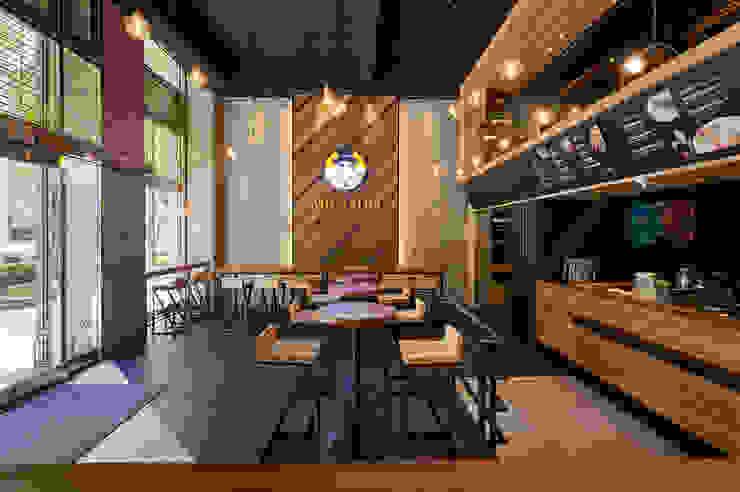 三種木皮共構自然紓壓的招牌主牆 根據 青瓷設計工程有限公司 工業風