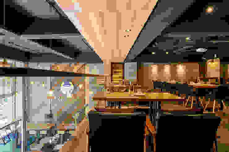 二樓憑空鳥瞰的悠閒沙發座區 根據 青瓷設計工程有限公司 工業風