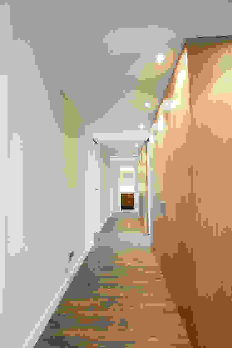 Pasillo y Hall Pasillos, vestíbulos y escaleras minimalistas de Bocetto Interiorismo y Construcción Minimalista Madera Acabado en madera