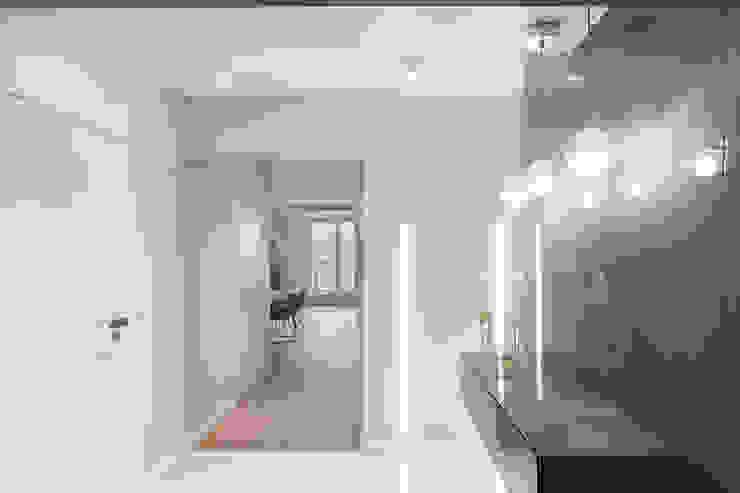 Finchstudio Modern Corridor, Hallway and Staircase