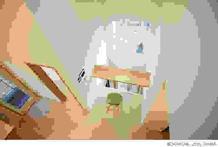 Salas / recibidores de estilo  por 소하  건축사사무소    SoHAA,