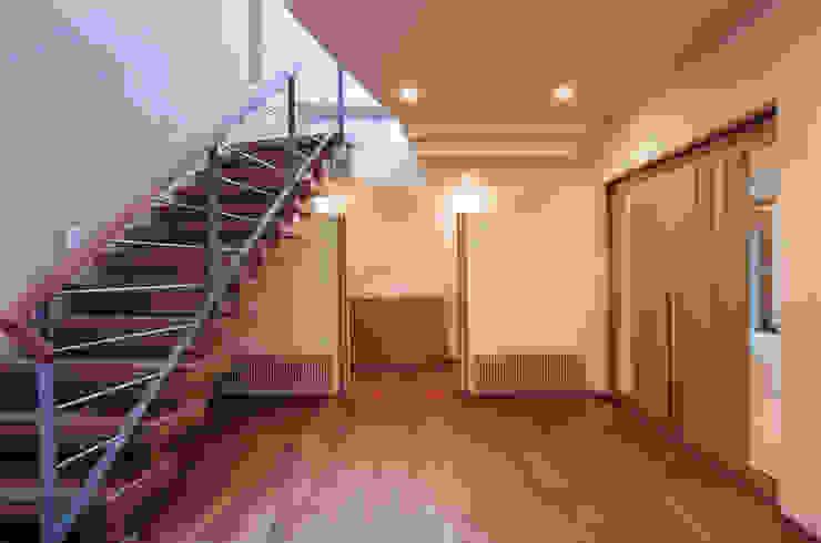 Pasillos, halls y escaleras mediterráneos de 豊田空間デザイン室 一級建築士事務所 Mediterráneo